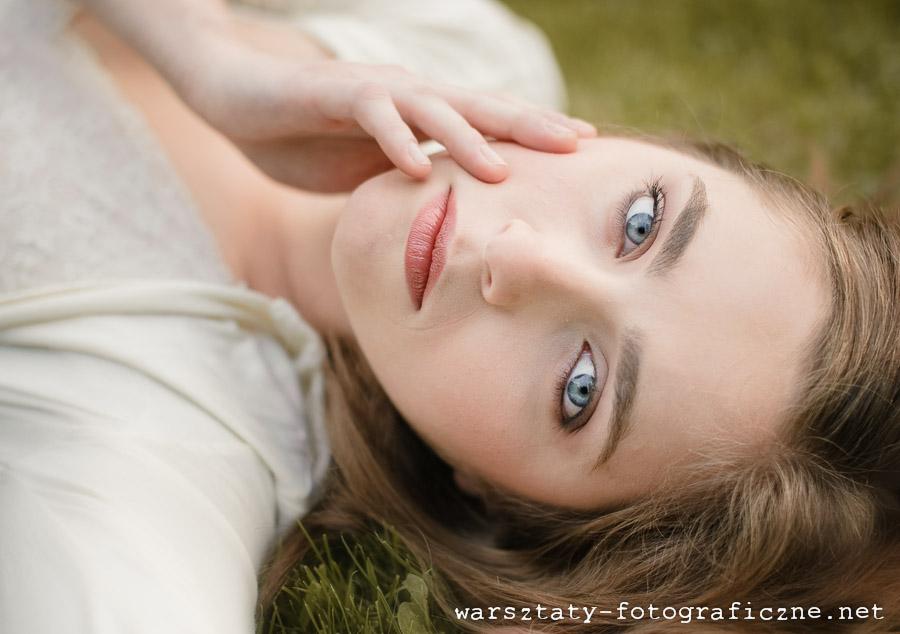 warsztaty fotograficzne, portret modelki w trawie