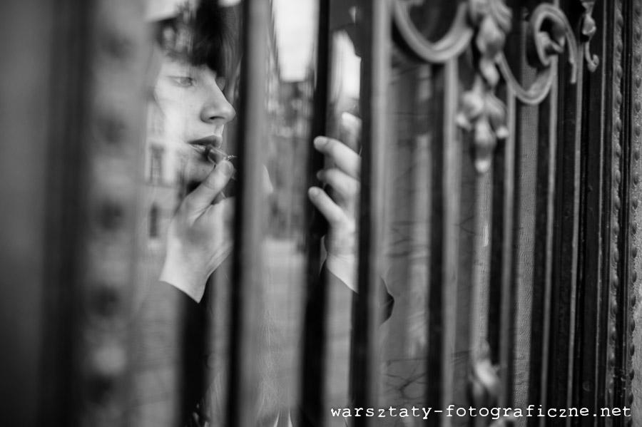 warsztaty fotograficzne, portret modelki w bramie