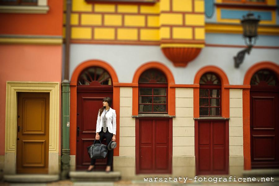 warsztaty fotograficzne, portret modelki przy budynku