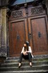 warsztaty fotograficzne, portret modelki przy drzwiach