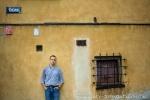 warsztaty fotograficzne, portret modela przy budynku