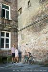warsztaty fotograficzne, portret modeli na podwórku kamienicy
