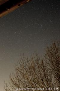 niebo zgwiazdami - widok zokna