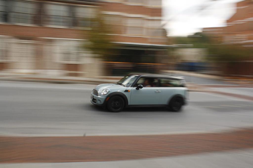 zdjęcie ilustrujące poprawne ustawienie ostrości na szybko jadącym samochodzie